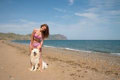 samoyed девушки радостный совместно Стоковая Фотография