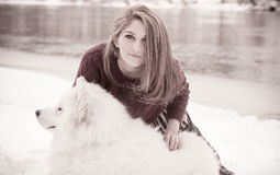 Девушка с samoed собакой Стоковые Изображения