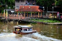Sampan小船河轮渡采取横跨沙捞越河古晋马来西亚的通勤者 库存照片