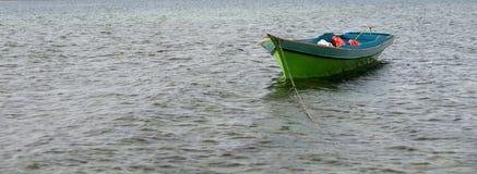 Sampan на воде стоковые изображения rf
