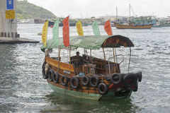 A sampana buzina-kong dentro o porto Fotografia de Stock Royalty Free