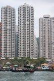 Sampanu prom przed wysokimi budynkami w schronieniu Hong Kong, Chiny fotografia stock