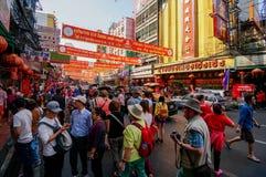 SAMPHENG, BANGKOK - 7 de febrero de 2016 - una muchedumbre de gente vaga por la calle de Sampheng durante la celebración del Año  Foto de archivo libre de regalías