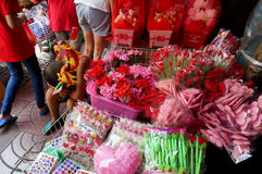 SAMPHENG, BANGKOK - 7. Februar 2016 - Blicke eines nicht identifizierte Jungen erschöpft, wie er versucht, Blumen am Valentinstag Lizenzfreie Stockfotos