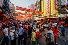 SAMPHENG, BANGKOK - 7. Februar 2016 - eine Menge von Leuten durchstreift die Straße von Sampheng während der Feier des Chinesisch Lizenzfreies Stockfoto