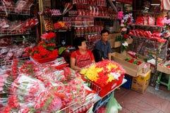 SAMPHENG BANGKOK - FEBRUARI 7, 2016 öppnar en kinesisk dam och en man deras shoppar för att sälja blommor på tillfället av valent Royaltyfria Bilder