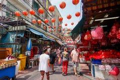 SAMPHENG, BANGKOK - FEBRUARI 7, 2016 - lokaler och utlänningar strosar på kinesiskt nytt år till och med gatan av kineskvarteret  Arkivfoto