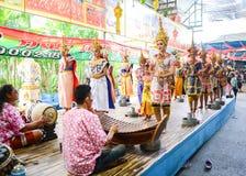 Samphran, Nakon Pathom, Tailandia - 3 de abril de 2018: Baile de Tailandia en Wat Rai Khing Temple (Wat Rai King, Wat Mongkhon Ch imagen de archivo