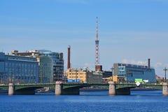 Sampsoniyevsky桥梁和Petrogradskaya堤防在圣彼德堡,俄罗斯 免版税库存图片