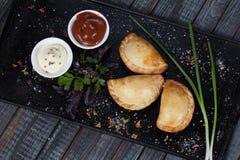 Samsa Мясное блюдо людей централи и Средней Азии, теста, мяса и луков, соответствующих на праздники Nauryz или Navruz, a стоковые фотографии rf