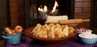 Samsa Мясное блюдо людей централи и Средней Азии, теста, мяса и луков, соответствующих на праздники Nauryz или Navruz, a стоковое фото rf
