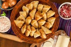 Samsa Мясное блюдо людей централи и Средней Азии, теста, мяса и луков, соответствующих на праздники Nauryz или Navruz, a стоковое фото