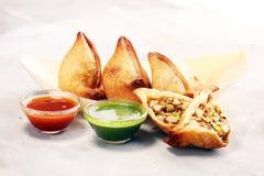 Samsa ou samosas do vegetariano Samosa ou Coxinha tradicional especial indiano do punjabi do alimento da rua, Croquete e o outro  fotos de stock