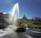 Samson fontanna w Peterhof pałac przeciw tłu Obraz Stock