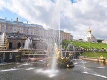 Samson Fountain avec des jets d'eau dans Peterhof St Petersburg, Russie photographie stock libre de droits