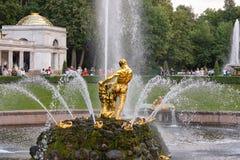 Samson Fountain de la cascade grande dans le palais de Peterhof, Russie Images libres de droits