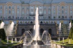 ` Samson Who Is Breaking Off een fontein van Lion Mouth ` tegen de achtergrond van het Grote Peterhof-Paleis stock foto's
