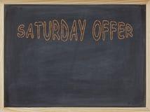 Samstag-Angebotfleisch geschrieben auf eine Tafel Stockbild