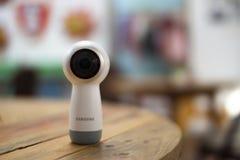 Samsung зацепляет камеру 360 на деревянном столе стоковое фото rf