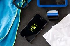 Samsung A5 avec Nike+ courent l'application de club s'étendant sur le bureau image stock