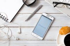 Samsung A5 com a aplicação de Instagram que coloca na mesa Fotografia de Stock Royalty Free