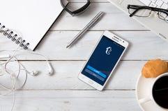 Samsung A5 com a aplicação de Tumblr que coloca na mesa Foto de Stock Royalty Free