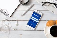 Samsung A5 con l'applicazione di Facebook che mette su scrittorio Immagini Stock