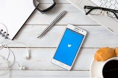 Samsung A5 con l'applicazione di Twitter che mette su scrittorio Fotografia Stock Libera da Diritti