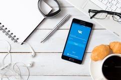 Samsung A5 con l'applicazione di VK che mette su scrittorio Fotografie Stock