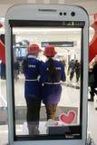 Samsung con las muchachas de la demostración Foto de archivo libre de regalías
