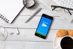 Samsung A5 con Yahoo! applicazione che mette su scrittorio Fotografia Stock Libera da Diritti