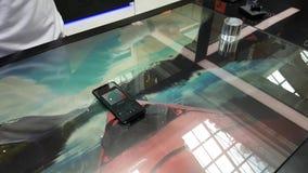 Samsung Control Center dans le studio interactif moderne de la galaxie S8 de l'espace dans le centre commercial de Megapolis banque de vidéos