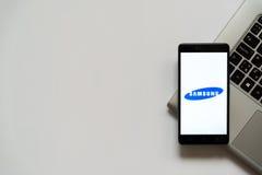 Samsung-embleem op het smartphonescherm Stock Fotografie