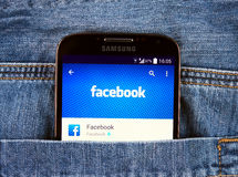 Samsung galaktyka S4 wystawia Facebook zastosowanie Fotografia Stock