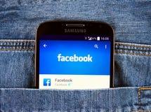 Samsung galax S4 som visar den Facebook applikationen Arkivbild