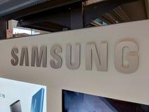 Samsung logo inom det Best Buy lagret arkivfoton
