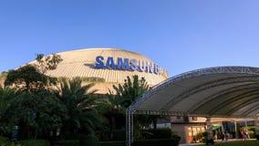 Samsung logo på byggnad för SM Aura Premier, shoppinggalleria i Taguig, Filippinerna royaltyfri foto