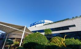 Samsung logo på byggnad för SM Aura Premier, shoppinggalleria i Taguig, Filippinerna arkivfoton