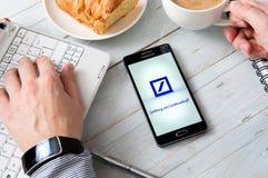 Samsung A5 med den Deutsche Bank applikationen som lägger på skrivbordet Arkivbild