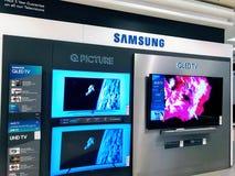 Samsung QLED Fernsehen zeigte im Einkaufszentrum an stockbilder