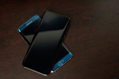 Samsung s8+ και s7 smartphone ακρών Στοκ φωτογραφίες με δικαίωμα ελεύθερης χρήσης