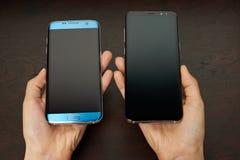 Samsung s8 συν και s7 smartphone ακρών στα χέρια Στοκ Εικόνες