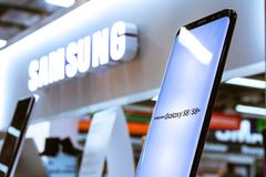 Samsung S8 Smartphone på frigöraren Exhib för skärmelektroniklager Arkivbild