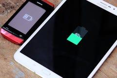 Samsung tablet und die Nokia-Handyaufladung Stockfoto