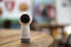 Samsung utrustar kamera 360 på en trätabell royaltyfri foto