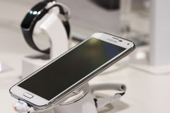SAMSUNGS-GALAXIE S5, BEWEGLICHER WELTkongreß 2014 Lizenzfreie Stockfotos