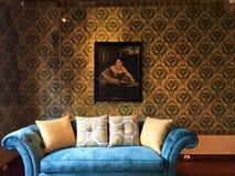 Samt-Sofa im Wohnzimmer beim Museo Remigio Crespo Toral, Cuenca Ecuador stockfotografie