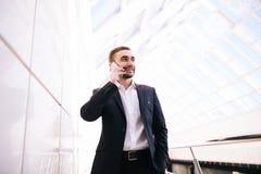 Samtal för affärsman på telefonen i stort kontor Royaltyfria Foton