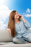 samtal för brunettmobiltelefonsoffa Arkivfoto