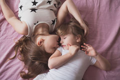 Samtal för flickasyskonsystrar, children& x27; s-hemligheter, kram, relationsh Royaltyfri Bild